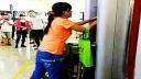 女子银行卡被吞手拆ATM机