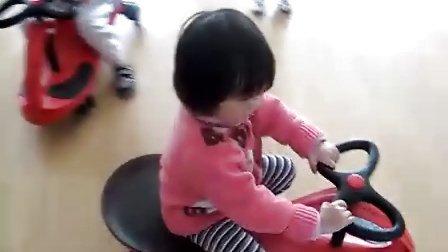 幼儿园放学后美凝在幼儿园玩扭扭车