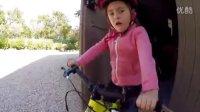 視頻: COMMENCAL - 小妹妹ELINA愛騎RAMONES14寸童車!