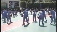 小學四年級體育優質課視頻《籃球:行進間運球》_黃老師